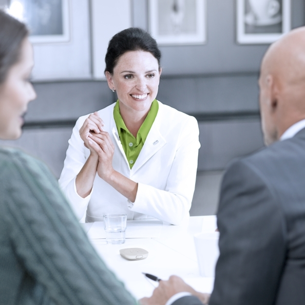 Pic_WorkLife_woman_small_meeting_Roger_Table_Mic_II_01.jpg